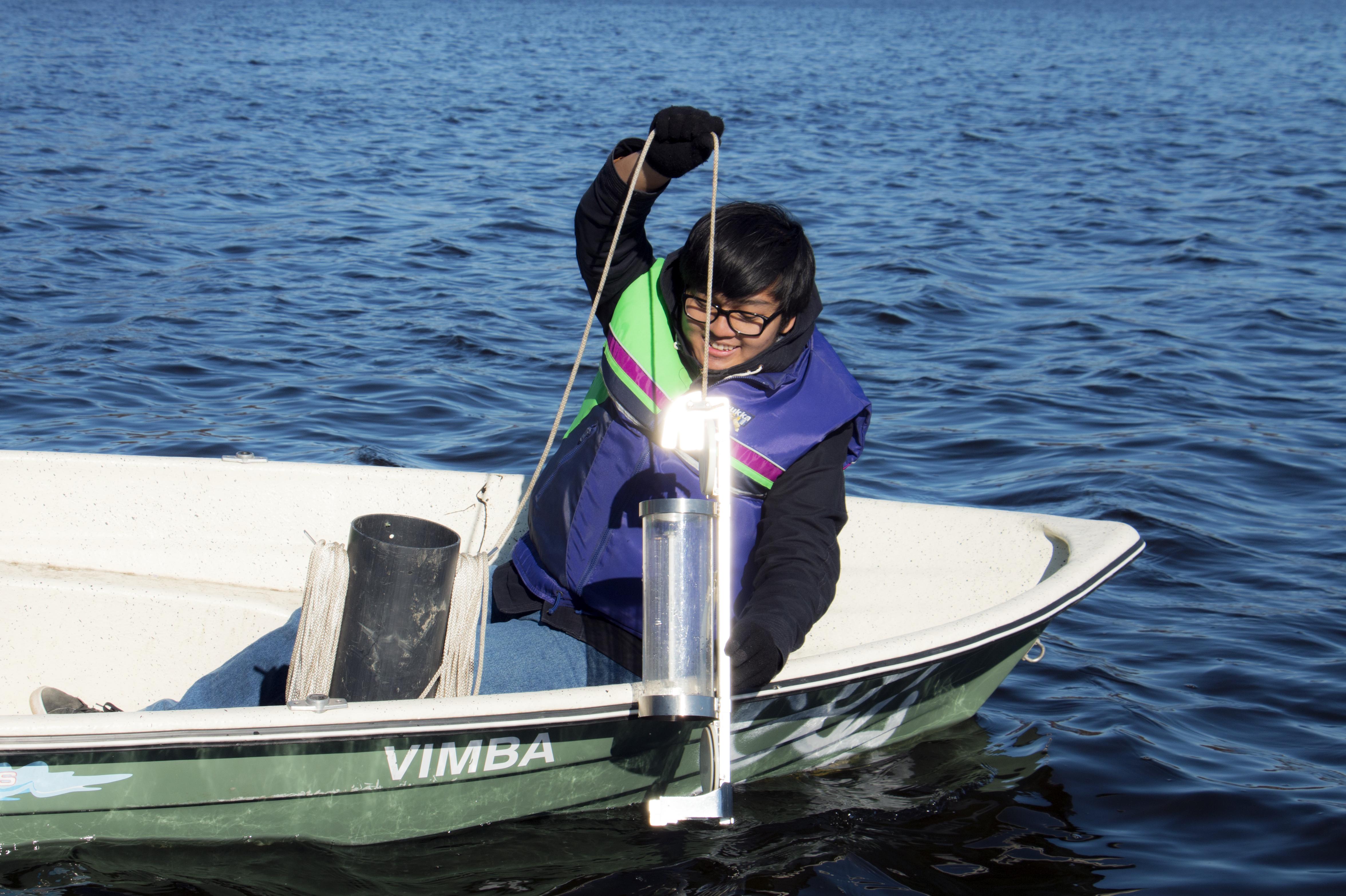 TAMKin Environmental Engineering -koulutuksen opiskelija ottaa vesinäytettä.